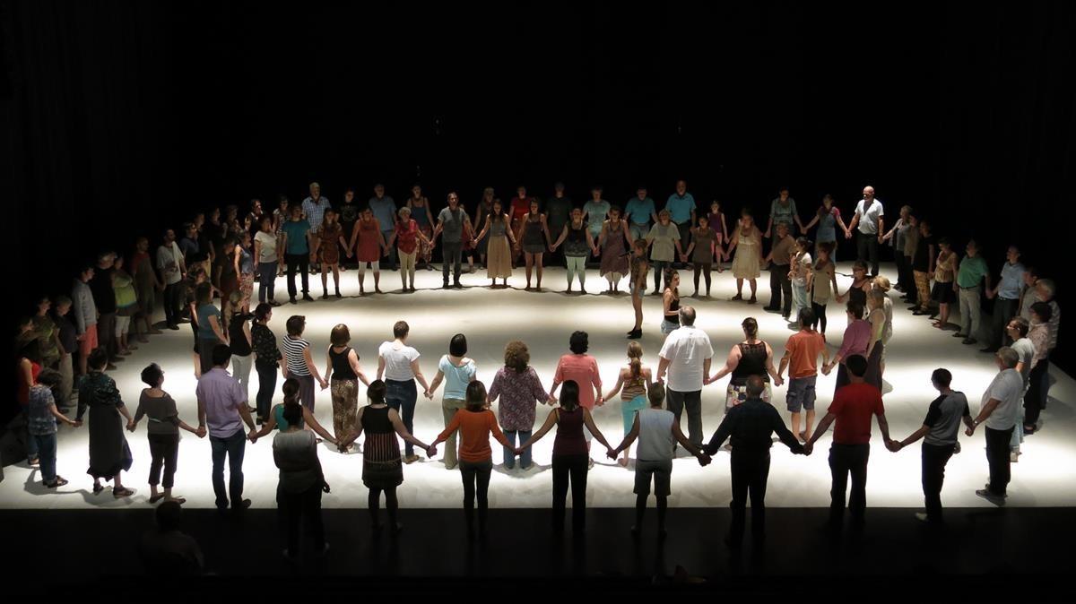 Escena de Atlas, espectáculo participativo interpretado por 100 barceloneses.