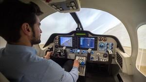 Un aspirante a piloto hace prácticas en el simulador del Aeroclub Barcelona Sabadell.