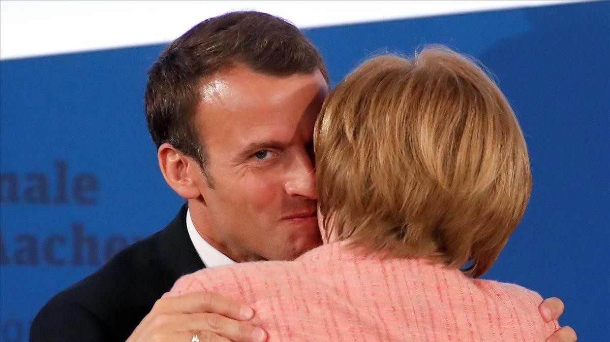 Emmanuel Macron recibe la felicitacion de Angela Merkel tras la concesión al presidente fracés del premio Carlomagno.
