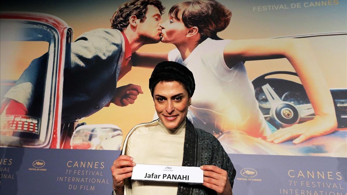 Behnaz Jafari, una de las protagonistas de '3 faces', muestra el cartel del director,Jafar Panahi, que no puede estar presente en Cannes al tener prohibida la salida de Irán.