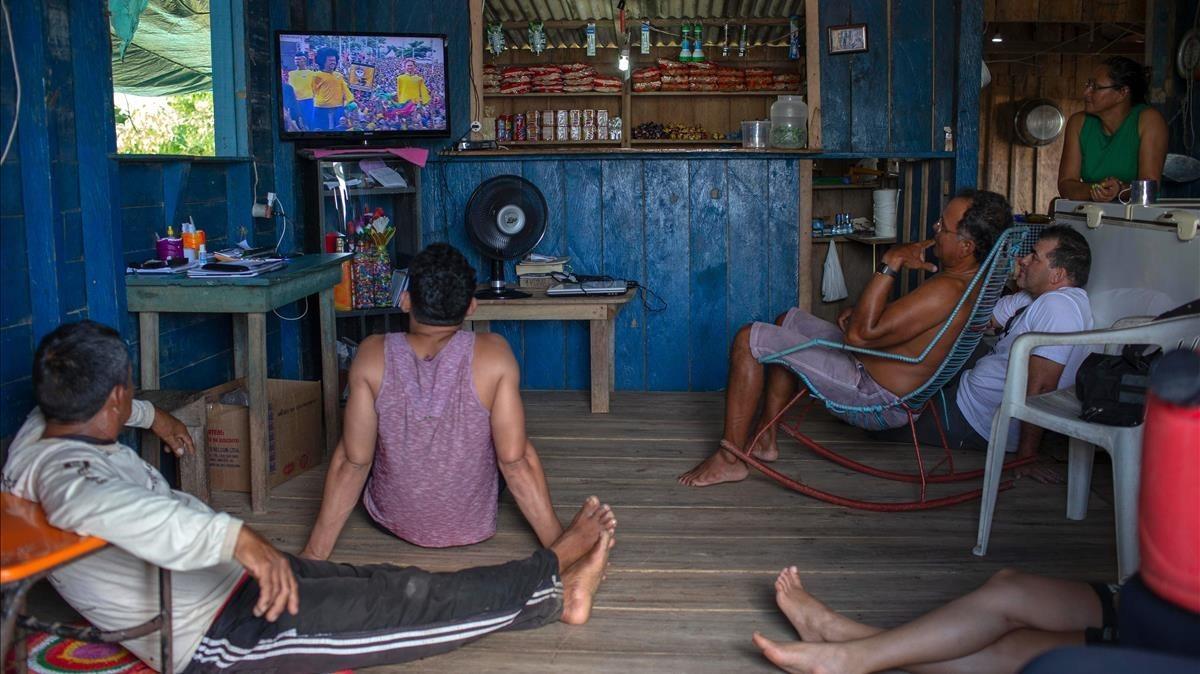 Aficionados brasileños siguen por televisión el Brasil-Serbia desde Sao Raimundo do Jaragua, en Amazonas.