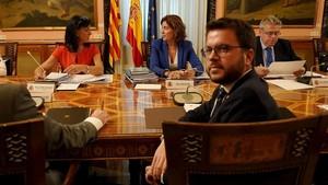 El vicepresident del Govern i conseller de Economía y Hacienda, PereAragonès, sentado frente a la secretaria de Estado de Hacienda, Inés Bardón.