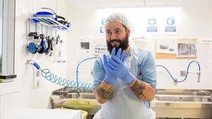 Un enfermero poniéndose los guantes esterilizados. Una de las fotos del Banc d'Imatges Infermeres del COIB.
