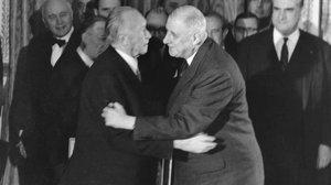 El canciller alemán, Konrad Adenauer, y el presidente francés, Charles de Gaulle, se abrazan tras la firma del Tratado del Elíseo, el 22 de enero de 1963.