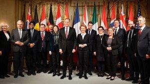Ursula von der Leyen, ministra de Defensa de Alemania(centro), y Patrick Shanahan, secretario de Defensa de EEUU, posan junto a sus homólogos de los países participantes en la Conferencia de Seguridad de Múnich, el 15 de febrero del 2019.