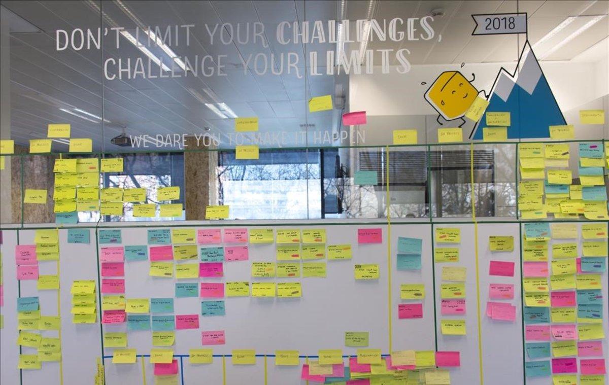 Paneles con pósits en la empresa catalana Voxel Group, compañía que practica el agilismo.