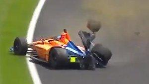 El coche de Fernando Alonso, tras el impacto en la curva 3 de Indianapolis.