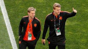 Matthijs De Ligt (derecha), junto a Frenkie De Jong, antes del partido frente al Portugal.