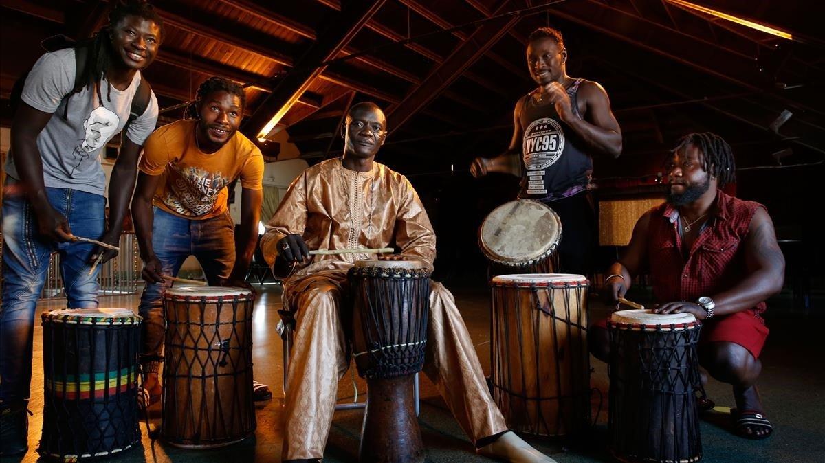 Adama, en el centro, flanqueado por su hijo Pape (izquierda), Tafa, Moussa y Sam, miembros de Ngomez Nokass.