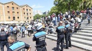 Els comuns defensen com a pròpia la gestió policial del top manta