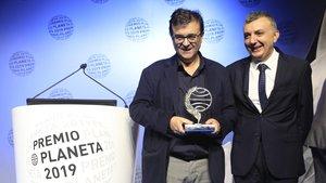 Javier Cercas y Manuel Vilas, ganador y finalista del Premio Planeta, anoche en el Palau Nacional de Barcelona.