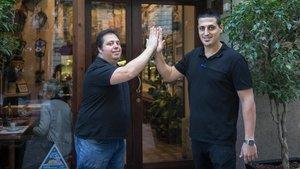 En la entrada de la taberna Maitea, los hermanos Nico y Andrés Montaner se saludan.