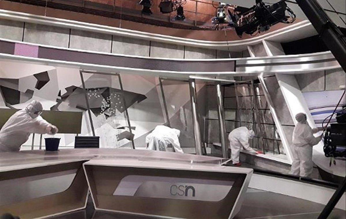 Operarios de desinfección en uno de los platós de informativos de Canal Sur.