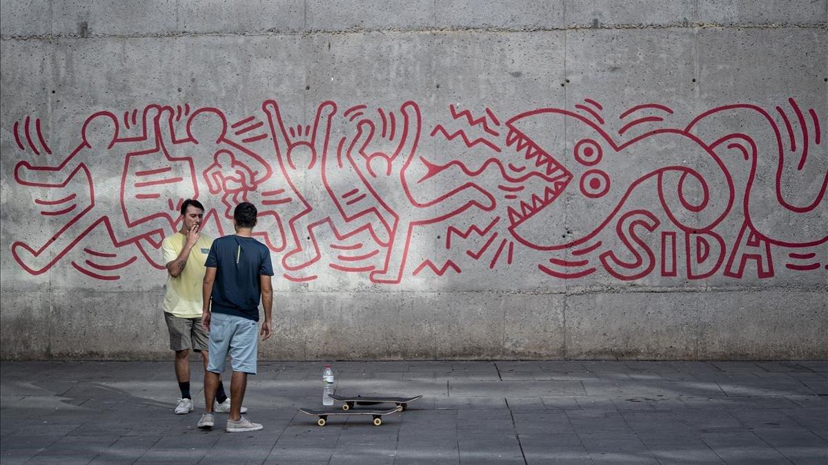 El artista norteamericano Keith Haring pintó el famoso mural que ahora luce junto al Macba un año antes de morir por la infección de VIH.