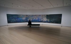 Un solitario visitante frente a un cuadro de Claude Monet, en el MoMa de Nueva York.