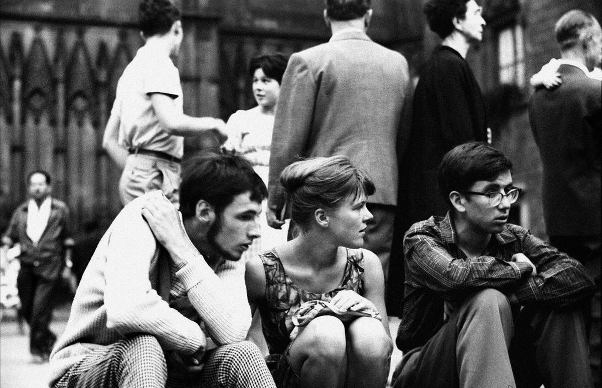 Indiferencia. Sin fecha. Tres jóvenes, sentados en un bordillo de Barcelona.