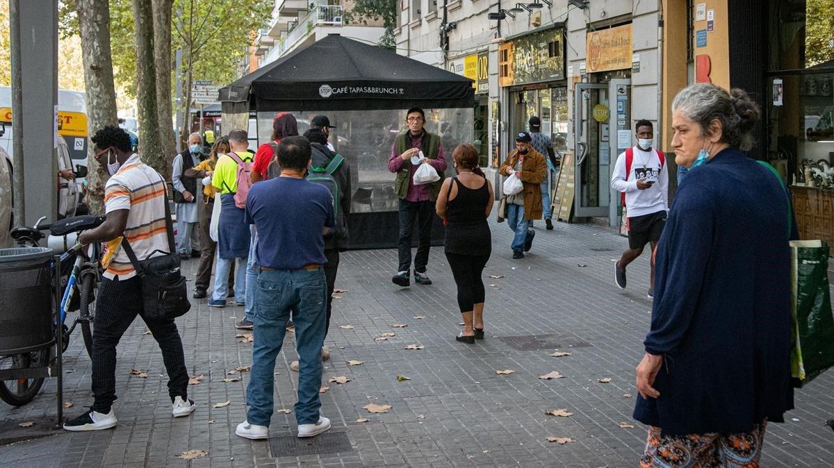 Colas en un comedor social de Barcelona.
