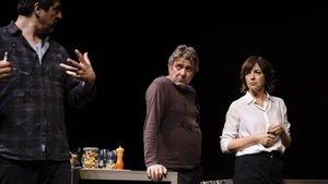 El director Cesc Gay (izquierda) durante un ensayo con Pere Arquillué y Àgata Roca.