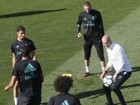 Zidane participa en un rondo con Benzema, Asensio, Varane y Marcelo.
