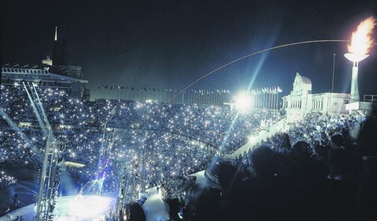 La flecha flamígera disparada por el arquero Rebollo sobrevuela el pebetero <br/>del estadio en el momento <br/>de su encendido, la noche <br/>del 25 de julio de 1992.
