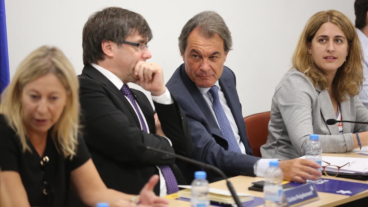 Neus Munté, Carles Puigdemont, Artur Mas y Marta Pascal, en una reunión de la dirección del PDECat