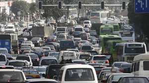 Tráfico congestionado en la ciudad.