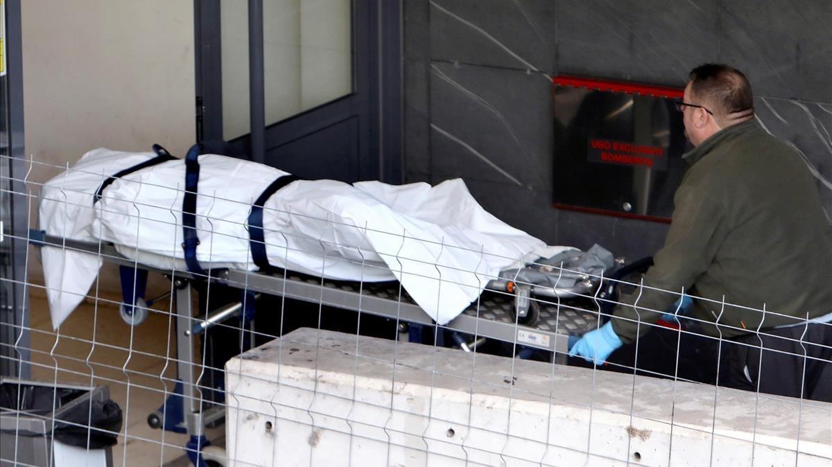 Operarios de la funeraria trasladan al policlínico de Conxo en Santiago de Compostela el que podría ser el cuerpo de Diana Quer.