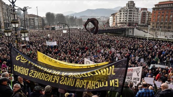 Miles de jubilados y pensionistas de Bizkaia se han manifestado hoy por las calles de Bilbao