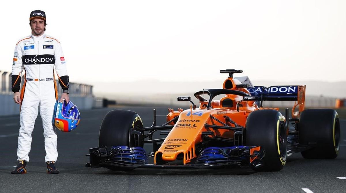 Fernando Alonso posa, orgulloso, junto a su nuevo McLaren-Renault MCL33.