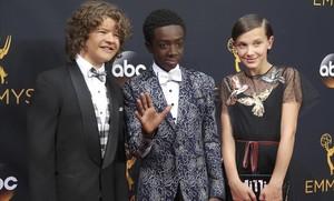 Gaten Matarazzo (a la izquierda), con Caleb McLaughlin y Millie Bobby Brown, en la fiesta de los Emmy de septiembre pasado.