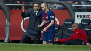 Valverde da instrucciones a Iniesta antes de saltar al campo.