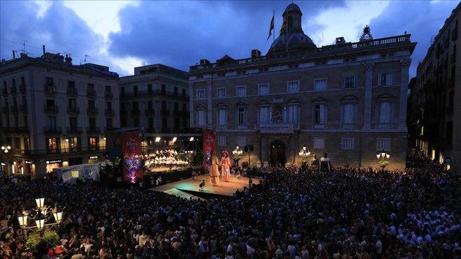 La plaza de Sant Jaume al inicio de las fiestas en 2019