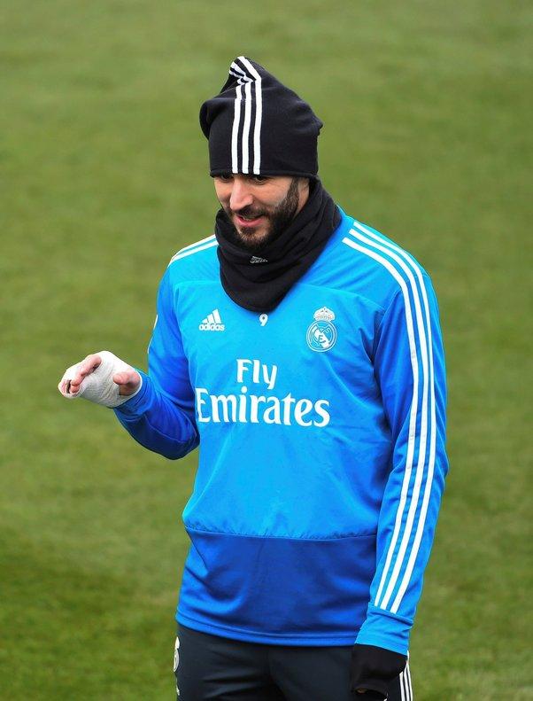 Karim Benzema con el dedo entablillado en el último entrenamiento del Madrid.