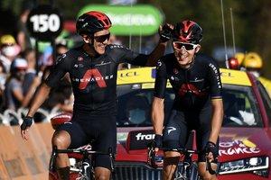 Los corredores de IneosKwiatkowski (d) y Carapaz entran triunfadores en la etapa del Tour.