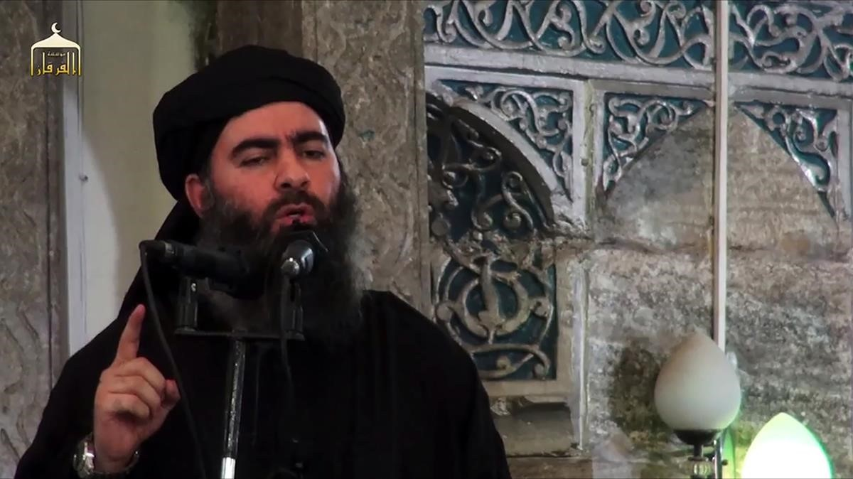 Abu Bakr al-Baghdadi se dirige a sus fieles en la mezquita de Al Nuri, en una imagen de vídeo propagandista del EI difundida el 5 de julio del 2014.
