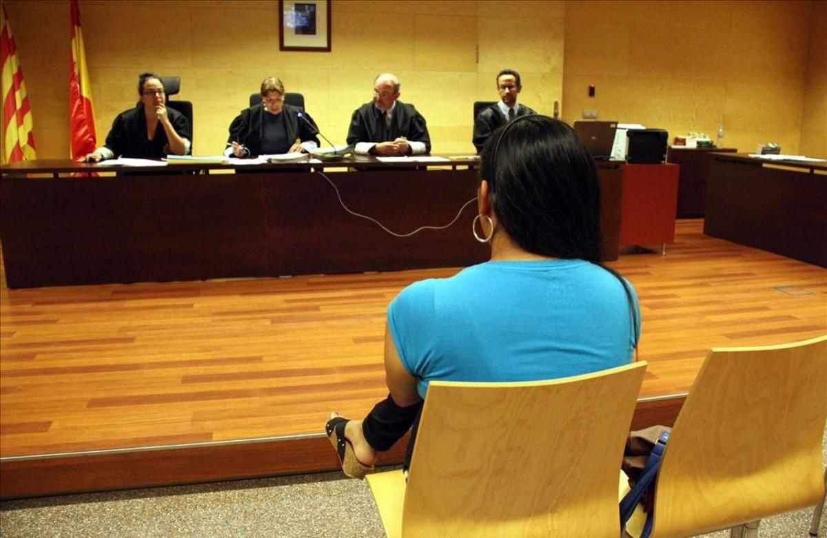 El acusado de abusar de un menor en Salt, durante un juicio por hechos similares en la Audiencia de Girona, el pasado junio.