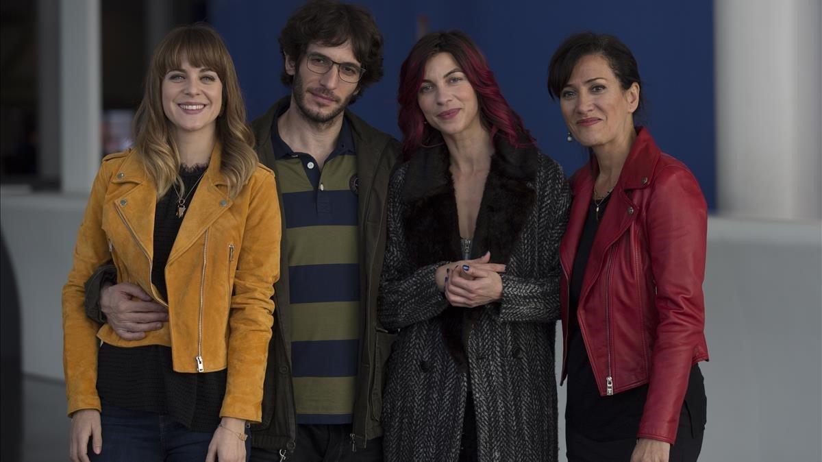 Alba Ribas, Quim Gutiérrez,Natalia Tenay la directora, Laura Mañà(de izquierda a derecha), este miércoles, en un descanso del rodaje.