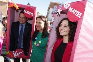 El alcalde de Torrejón, de Ken, e Isabel Díaz Ayuso,de Barbie, con miembros del colegio.