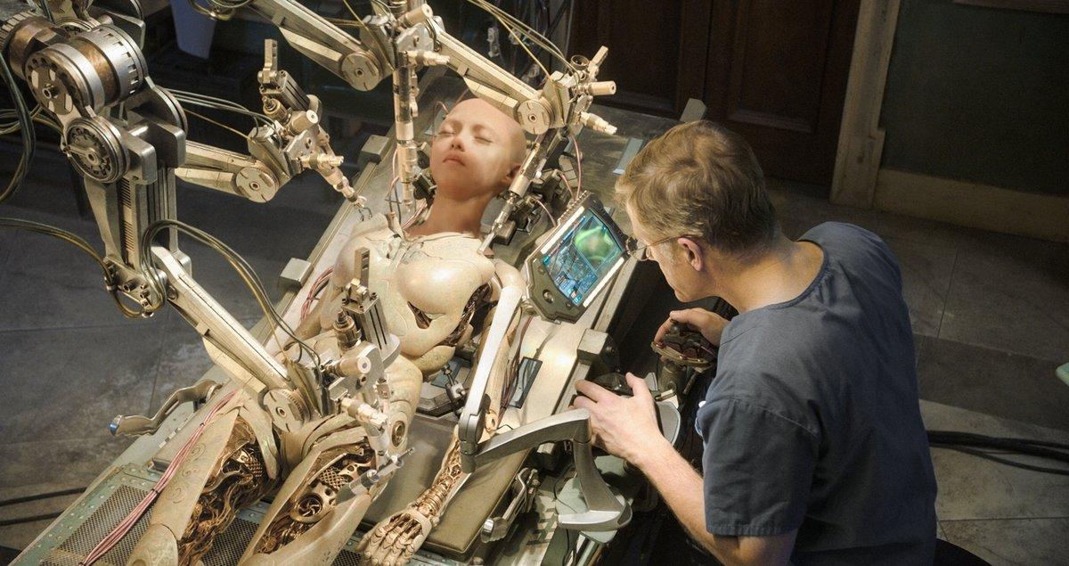 Chistoph Waltz es el científico que reconstruye a la cyborg.