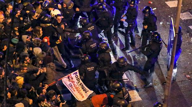 Almenys 6 detinguts i 98 ferits en les protestes per la detenció de Puigdemont