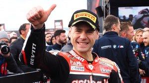 Álvaro Bautista (Ducati) no para de levantar su dedo triunfador en el Mundial de Superbikes.