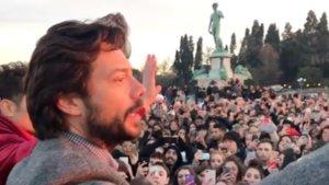 Álvaro Morte rodeado de fans de La casa de papel en Florencia.