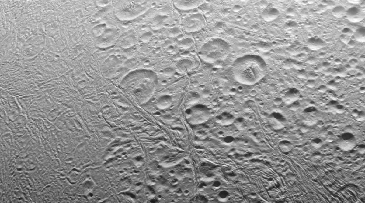 El polo norte de Encélado, luna de Saturno,fotografiado por la sonda 'Cassini'de la NASAel 27 de noviembre del 2016. El satélite tiene unos 500 kilómetros de diámetro.