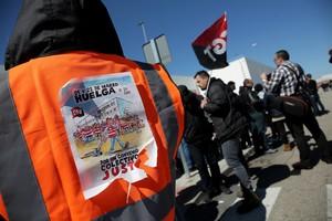 La negativa de Amazon a negociar un nuevo convenio de empresa y pasar así al sectorial provocó que los trabajadores protagonizaran la primera huelga del gigante del comercio electrónico en España.