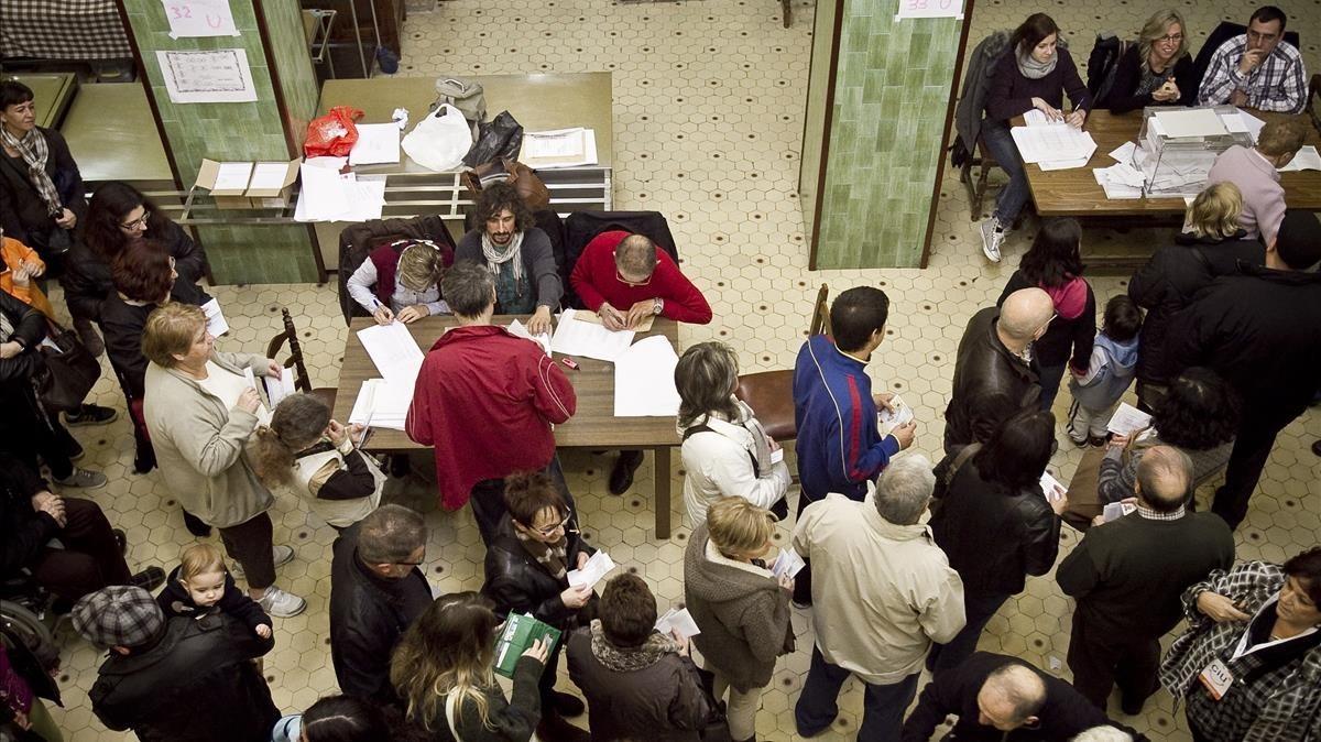Ambiente electoral durante las elecciones autonómicas del 2012, en el barrio barcelonés de Sant Martí.