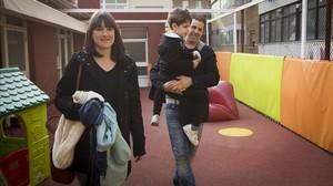 Ana Mourelo y Jose Brocal recogen al pequeño Aitor a la salida del colegio Sants Innocents.
