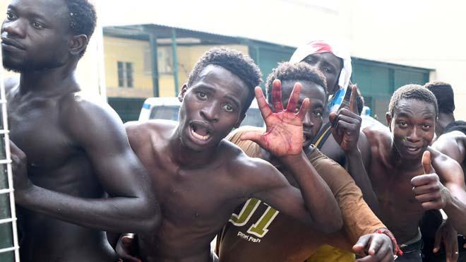 Así han celebrado su llegada a Ceuta un grupo de inmigrantes tras saltar la valla.