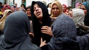 Familiates del joven palestino muerto por el bombardeo israelí de Gaza.