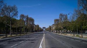 La avenidaChamps-Élysées, en París, con el arco de triunfo al fondo, completamente vacía este sábado.