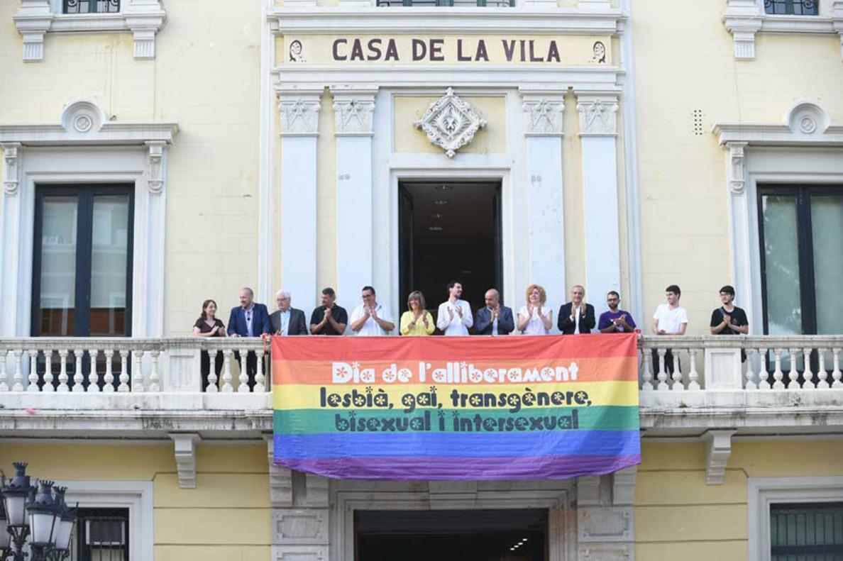 La bandera del colectivo LGTBI cuelga del Ayuntamiento de L'Hospitalet